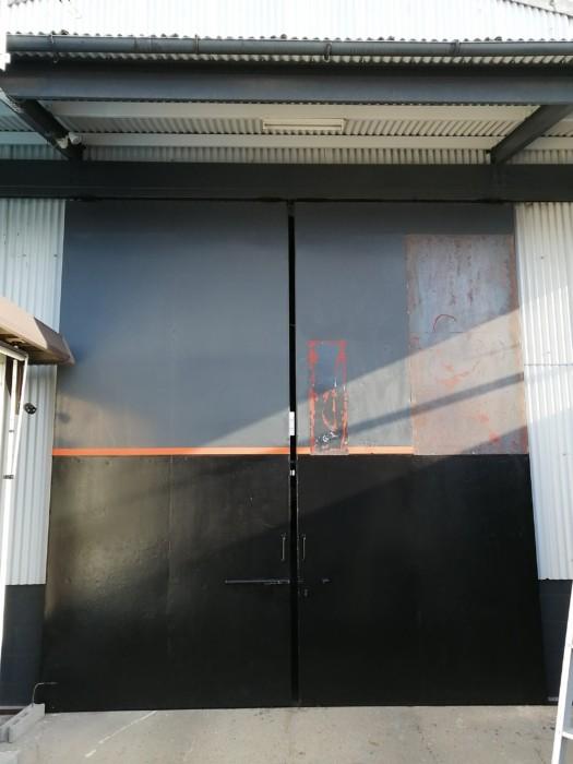 倉庫の扉を補修しました。